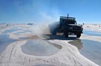 Salztransport im Salar de Uyuni, Bolivien